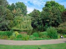 Les jardins s'approchent du Buckingham Palace et de la Victoria Memorial image stock