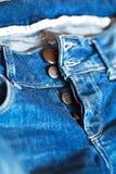 Les jeans avec desserrent le plan rapproché de boutons Photo stock