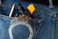 Les jeans bleus de denim dans la couleur foncée dans la scène présentent le vieux deni Images libres de droits