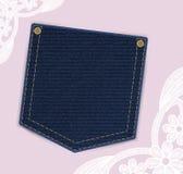 Les jeans de denim empochent avec le label des prix ou d'invitation sur le fond de dentelle Photos stock
