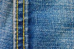 Les jeans donnent une consistance rugueuse avec des coutures Photos stock