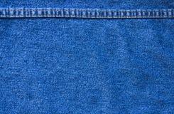 Les jeans donnent une consistance rugueuse avec la couture Photos stock