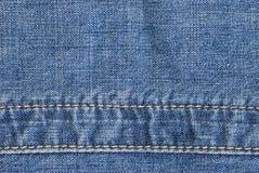 Les jeans donnent une consistance rugueuse avec la couture Photographie stock