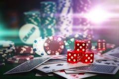 Les jetons de poker dans le casino jouent l'éclairage multi de couleur de table verte images libres de droits