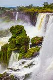 Les jets des cascades Iguazu Photos stock