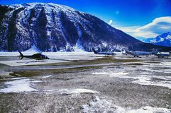 Les jets privés, les avions et les hélicoptères dans la belle neige ont couvert des montagnes des alpes dans St Moritz Switzerlan Image stock