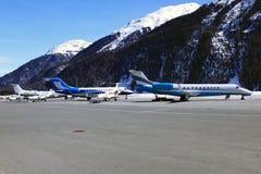 Les jets privés, les avions et les hélicoptères dans la belle neige ont couvert des montagnes des alpes dans St Moritz Switzerlan Photographie stock libre de droits
