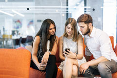 Les jeunes à l'aide de leurs téléphones portables photographie stock libre de droits