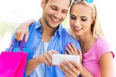 Les jeunes à l'aide du smartphone Photo stock