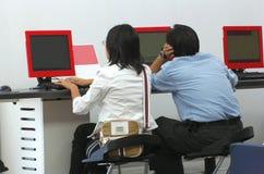 Les jeunes à l'ordinateur Photographie stock libre de droits