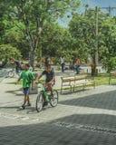 Les jeunes à la place à Medellin Colombie Photographie stock libre de droits