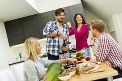 Les jeunes à la table dans la cuisine Photos stock