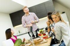 Les jeunes à la table dans la cuisine Photos libres de droits