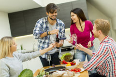 Les jeunes à la table dans la cuisine Images stock