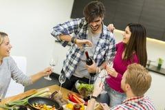 Les jeunes à la table dans la cuisine Image libre de droits