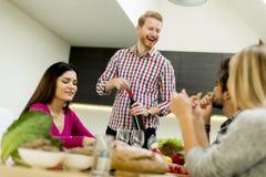 Les jeunes à la table dans la cuisine Photo libre de droits