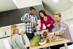 Les jeunes à la table dans la cuisine Images libres de droits