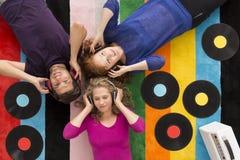 Les jeunes écoutant la musique Image stock