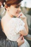 Les jeunes épousent nouvellement des couples, baisers de jeunes mariés, étreignant sur la vue parfaite des montagnes, ciel bleu Image stock