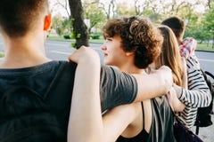 Les jeunes étreignant la marche dans la ville photo libre de droits