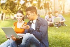 Les jeunes étudiants attirants détendent près de l'université Images stock