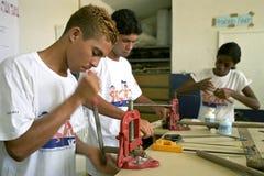 Les jeunes adolescents apprennent le monteur de métier à l'école technique Images stock