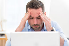 Les jeunes affaires attrayantes ont obtenu le mal de tête en raison du burn-out Images stock