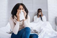 Les jeunes agréables traitant la grippe images libres de droits