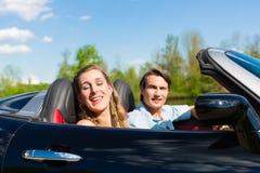 Les jeunes ajouter au cabriolet en été le jour déclenchent Images libres de droits