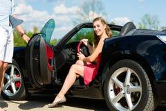 Les jeunes ajouter au cabriolet en été le jour déclenchent Images stock
