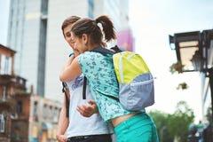 Les jeunes, ajouter aux bicyclettes sur la rue Images libres de droits