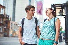Les jeunes, ajouter aux bicyclettes sur la rue Photographie stock libre de droits