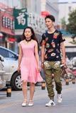 Les jeunes amants marchent sur la rue, Pékin, Chine Image libre de droits