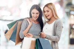 Les jeunes amies avec des paniers font des emplettes au mail Image stock