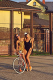 Les jeunes amies sexy posant avec un vintage vont à vélo extérieur Images stock