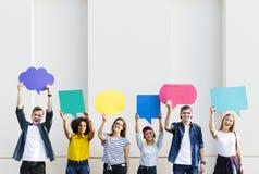 Les jeunes amis adultes retardant le copyspace marquent des bulles de pensée images libres de droits