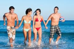 Les jeunes amis apprécient l'été Photographie stock