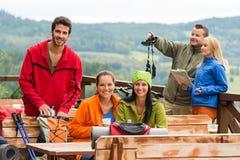 Les randonneurs d'amis détendent le Mountain View d'endroit de repos Photo stock