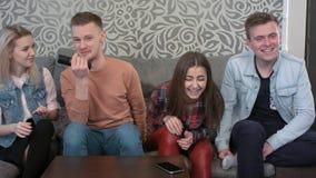 Les jeunes amis d'université ont une réunion sociale dans une maison d'étudiant, discutent fort le film Photos stock