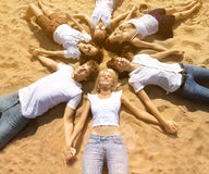 Les jeunes amis de groupe appréciant une plage font la fête des vacances Les gens h Image stock