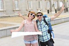 Les jeunes amis de touristes couplent Madrid de visite dans le sourire de l'Espagne ensemble heureux et décontracté Photos libres de droits