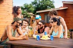 Les jeunes amis gais buvant l'été extérieur de bière font la fête Photo libre de droits