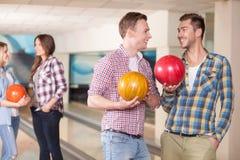 Les jeunes amis gais font l'amusement ensemble Photo libre de droits