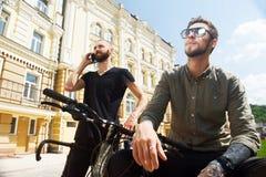 Les jeunes amis gais voyagent dans la ville Image stock