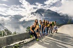 Les jeunes amis ont l'amusement sur la route, Norvège Image libre de droits
