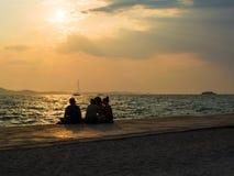 Les jeunes appréciant l'heure d'été Photos libres de droits