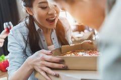 Les jeunes appréciant la pizza fraîche Photographie stock