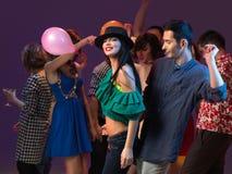 Les jeunes appréciant la réception et la danse Photos stock