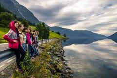 Les jeunes appréciant la vue sur la maison de manière de retour, Norvège Photo stock