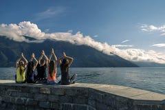 Les jeunes appréciant le jour ensoleillé sur le fjord, Norvège Photos libres de droits
